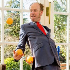 Johannes Arnold jongliert